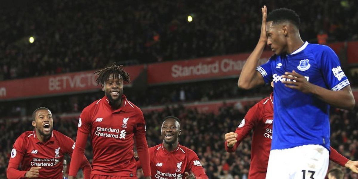 Con un gol insólito, Liverpool venció a Everton en el derbi y sigue la línea del City