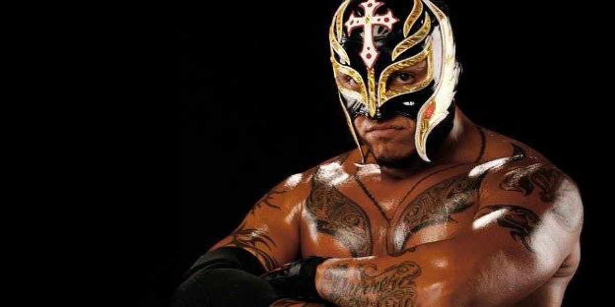 VIDEO: Rey Mysterio alza la mano por México en la gira de la WWE