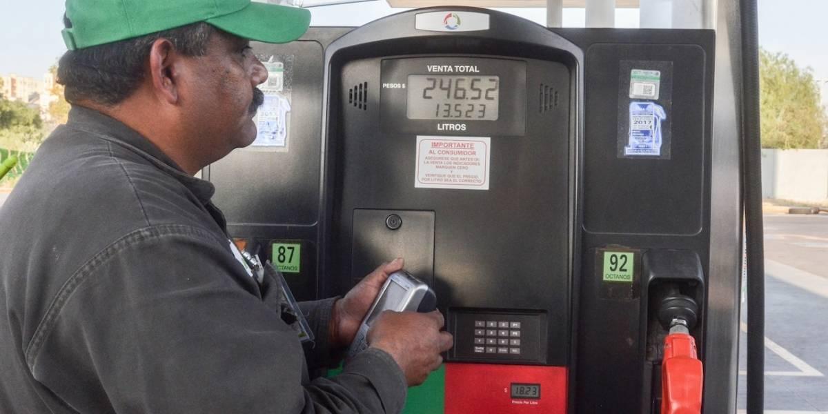Gasolina arriba de 23 pesos durante primer año del gobierno de AMLO