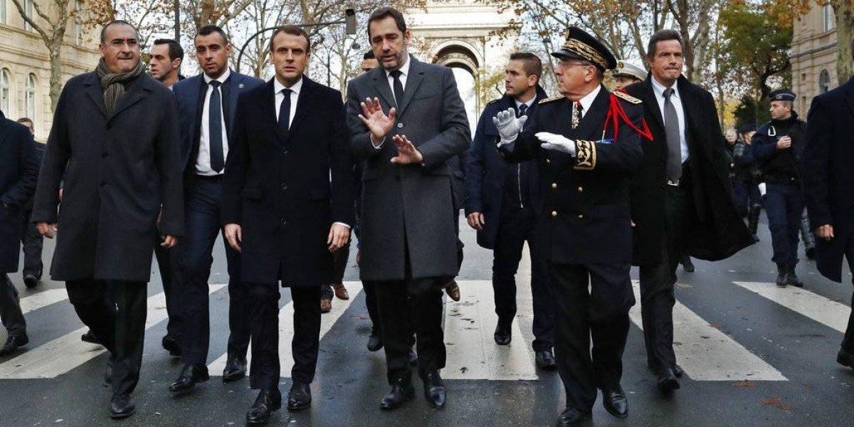 Macron visita Arco del Triunfo tras protestas en París