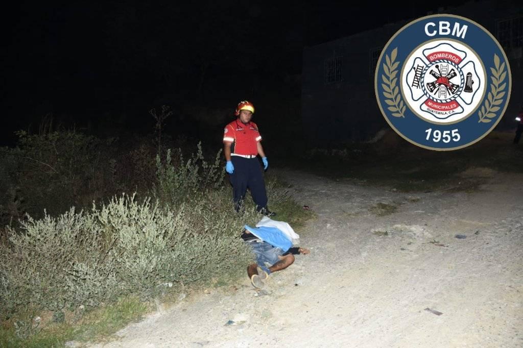 Los cadáveres de dos hombres fueron encontrados en una carretera de terracería en San Pedro Ayampuc. Foto: Bomberos Municipales