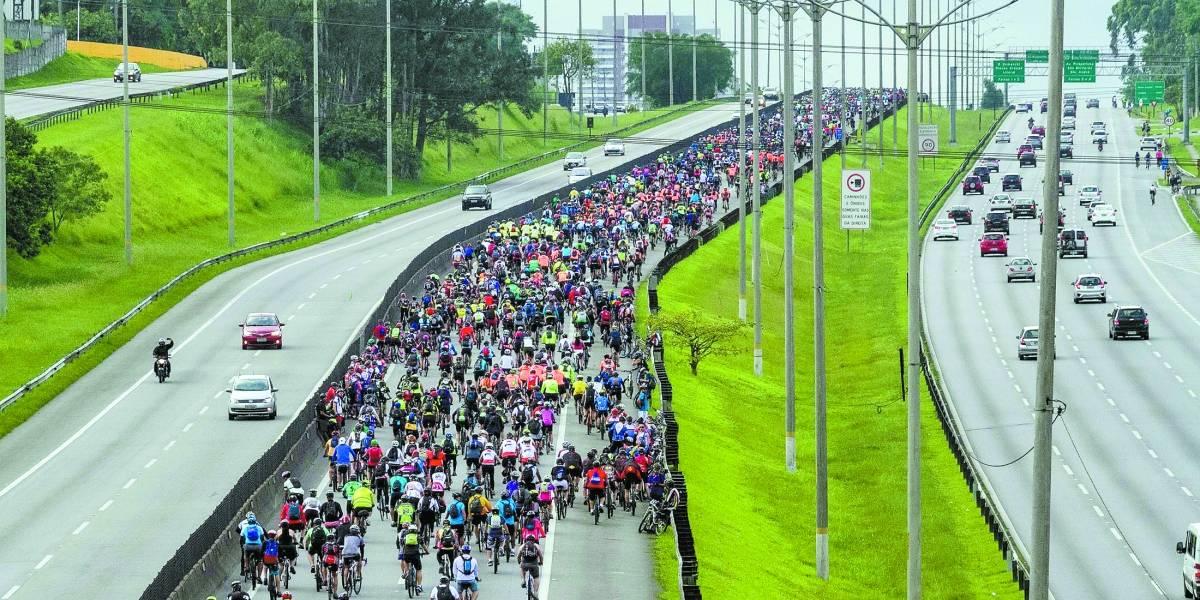 Pedalada na rodovia Anchieta reúne 40 mil ciclistas; veja fotos da descida para Santos