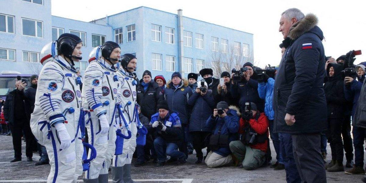 Tres astronautas despegan rumbo a la estación espacial
