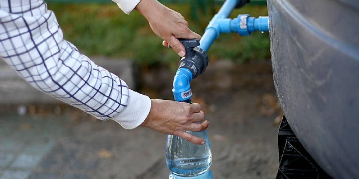 """Familias promedios gastan 16 mil litros de agua al año: cómo se vive mejor el """"periodo punta"""" en edificios"""