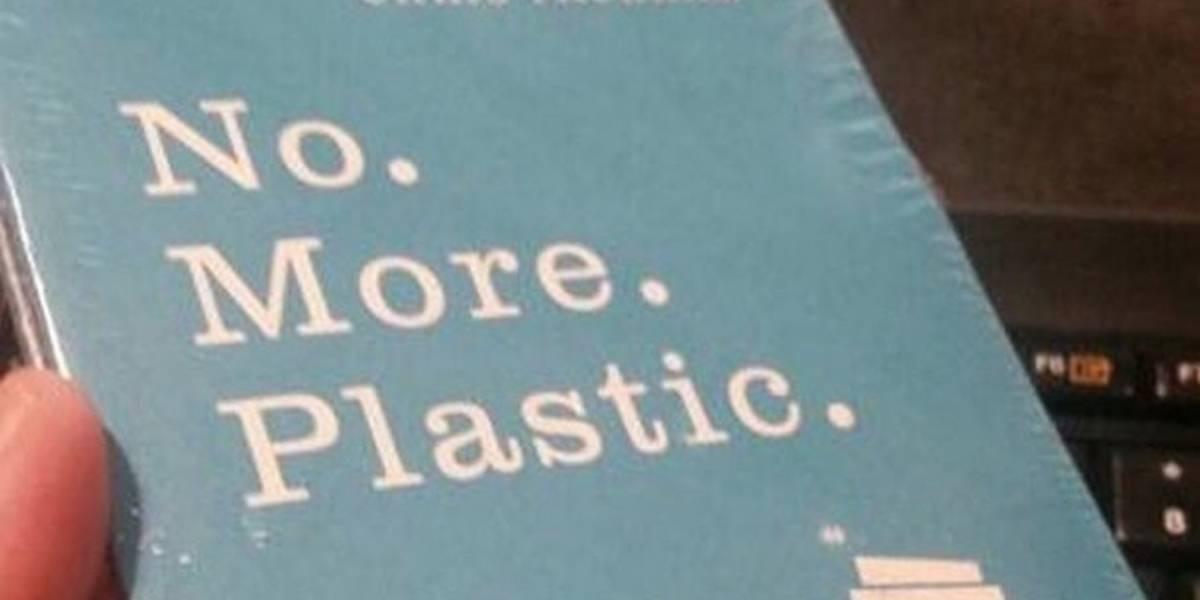 """""""Algún idiota lo envolvió en plástico"""": autor furioso por cubierta para su libro """"No más plástico"""""""