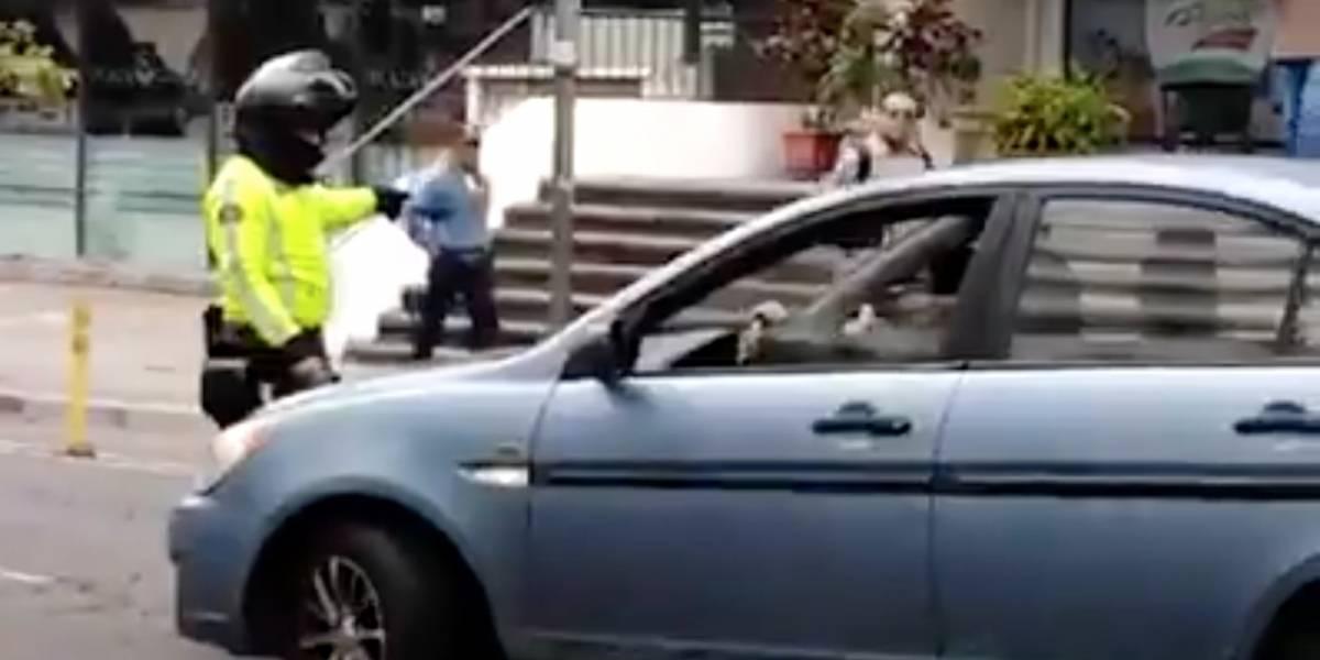 Quito: Conductora casi atropella a agente de tránsito