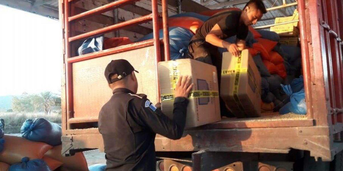 Utilizan quintales de maíz para ocultar cigarrillos de contrabando