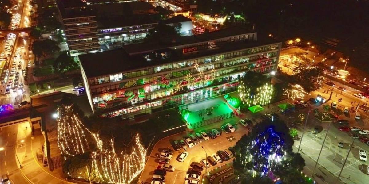 Encienden iluminación navideña en el Palacio Municipal
