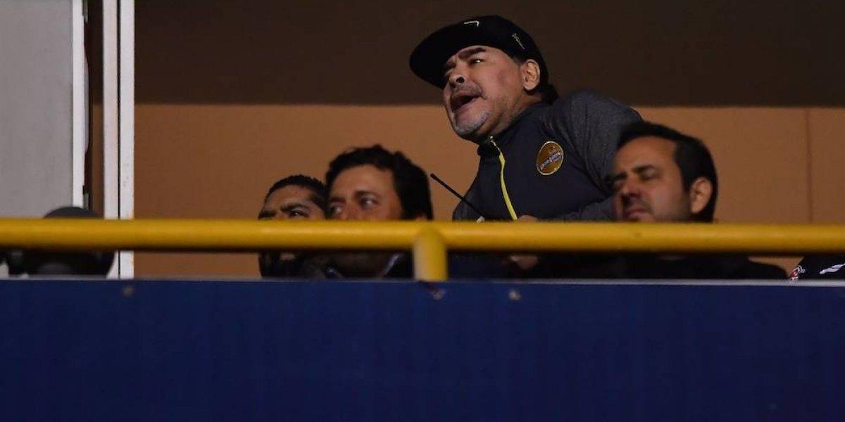 Maradona pierde la cabeza y lanza golpes a aficionados del San Luis