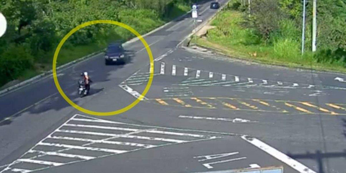 VIDEO. Pareja que viajaba en moto es atropellada por conductor irresponsable