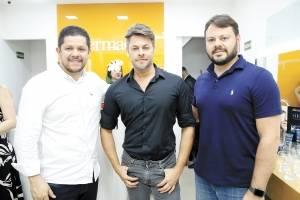 O empresário e franqueado da Dermage, André Carvalho, o maquiador Dennis Proença e o superintendente do grupo Sá Cavalcante Luis Eugênio Correa, em evento no Shopping Praia da Costa