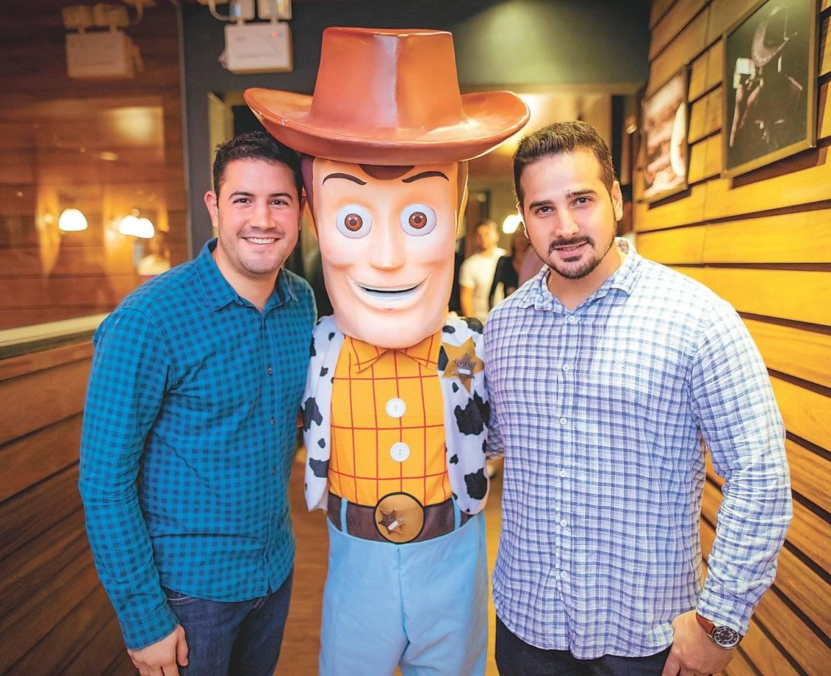 Os sócios Pedro Paulo Moyses e Maycon Salvador ao lado do personagem Woody, destaque das noites do Wanted Pub Ciro Trigo