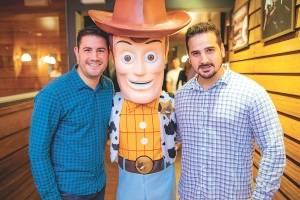 Os sócios Pedro Paulo Moyses e Maycon Salvador ao lado do personagem Woody, destaque das noites do Wanted Pub