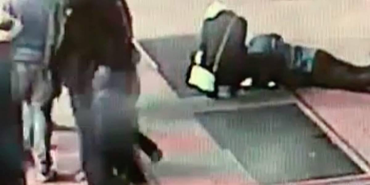 Pareja agradece a policía por encontrar su anillo que cayó en alcantarilla de Times Square