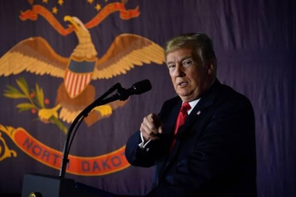Donald Trump señalando