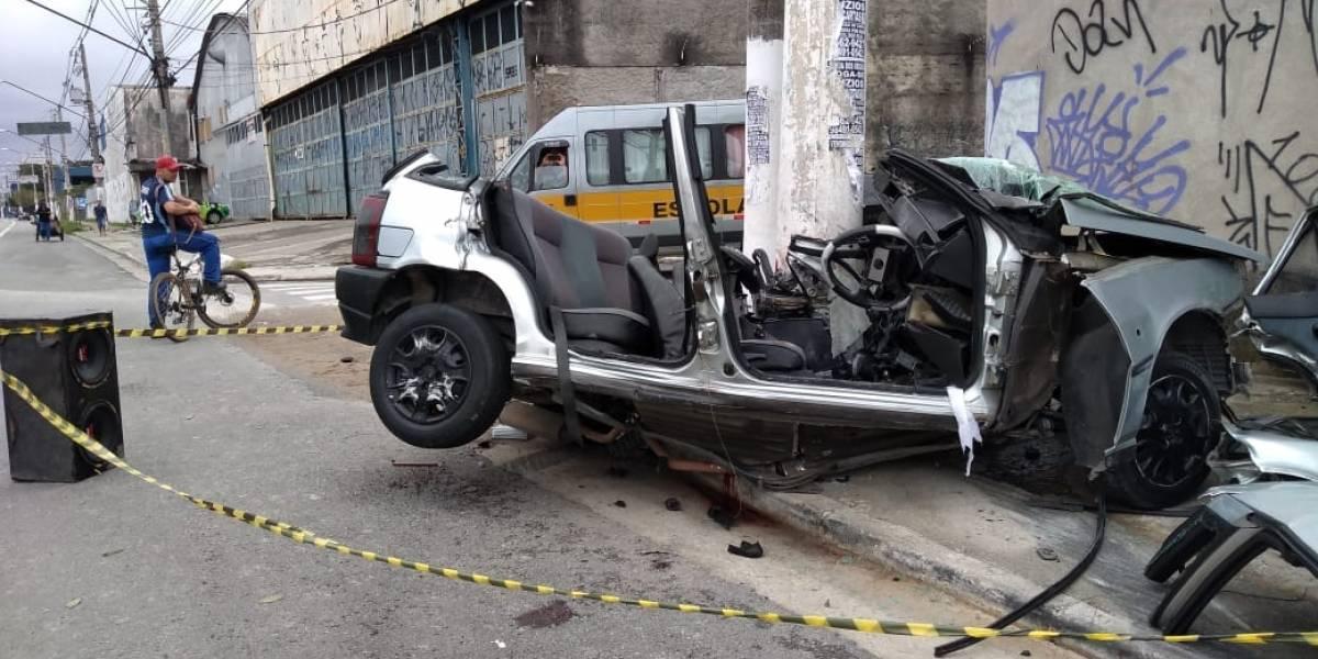 Carro bate em poste e deixa uma pessoa morta e duas feridas na Zona Leste
