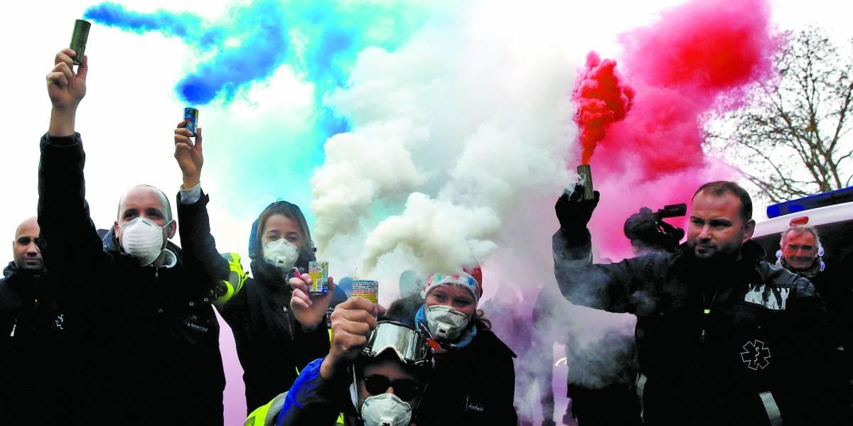 Macron revoga aumentos de combustíveis em reação a onda de protestos na França