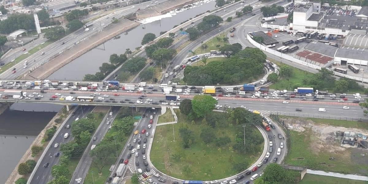 Obras atrapalham motorista em vias da Penha nesta terça