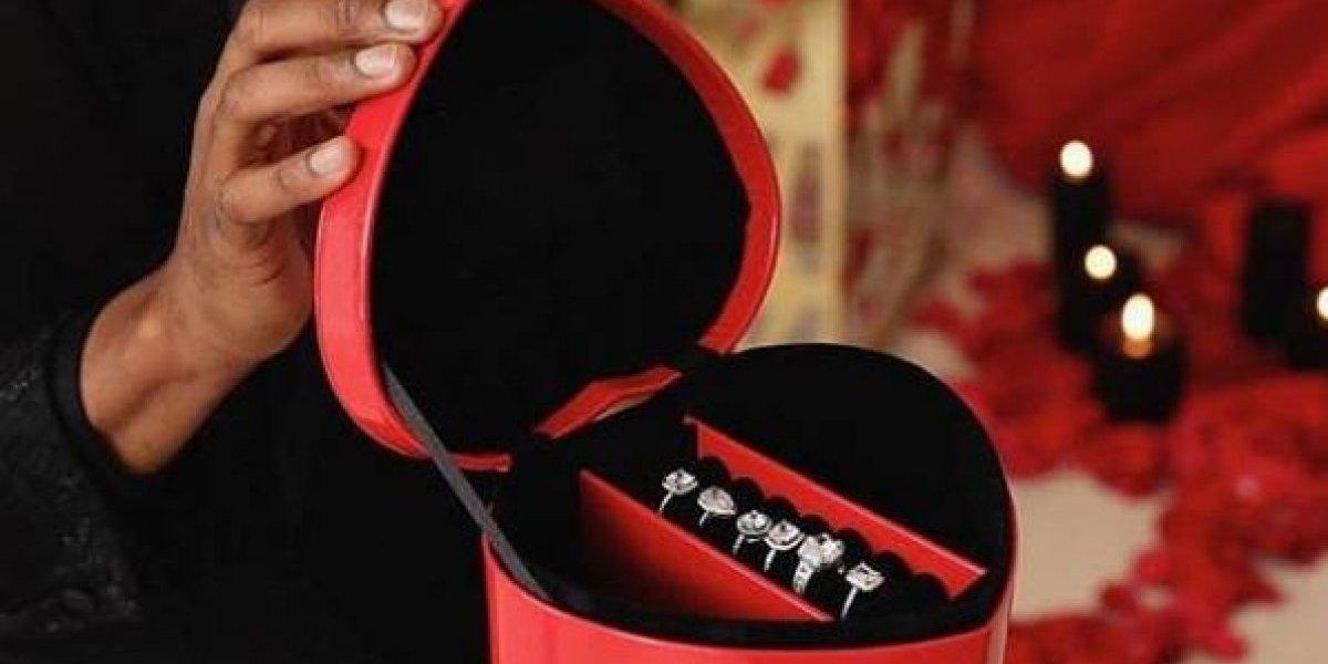 El que puede puede: le propuso matrimonio a su enamorada con 6 anillos distintos para que ella eligiera el que más le gustara
