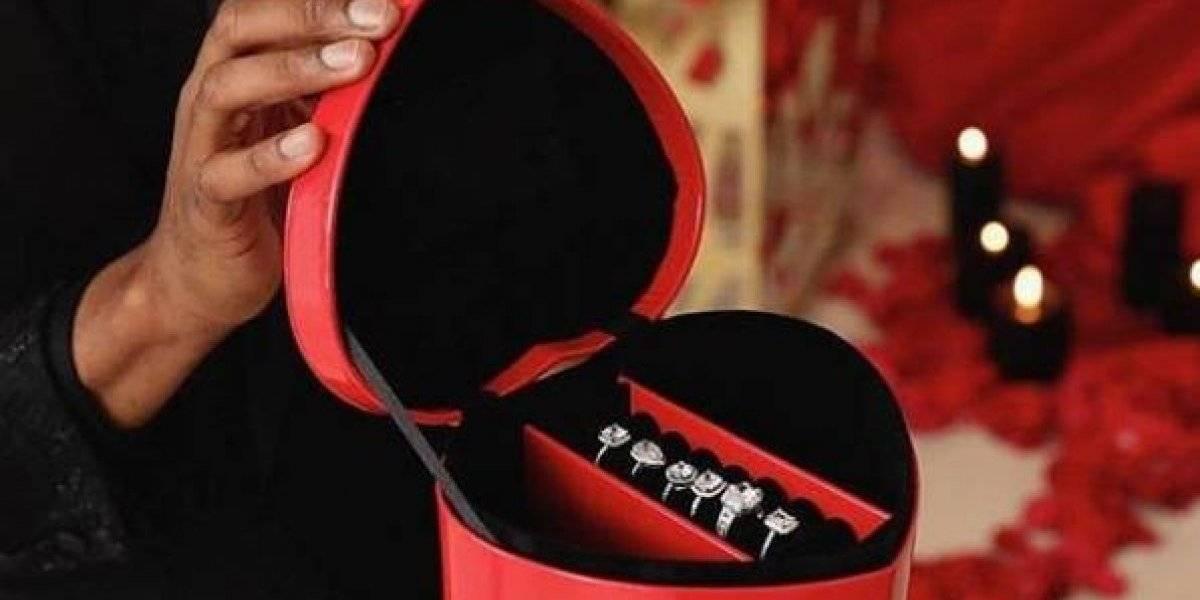 Joven propone matrimonio a su novia con 6 anillos de diamantes