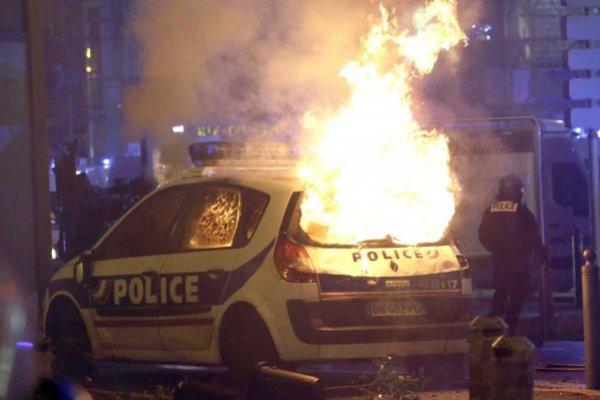 Las autoridades francesas desplegaron el sábado a algunos miles de policías en la avenida Champs-Elysees de París para tratar de contener las protestas de personas enojadas por el aumento de impuestos y el gobierno del presidente Emmanuel Macron.