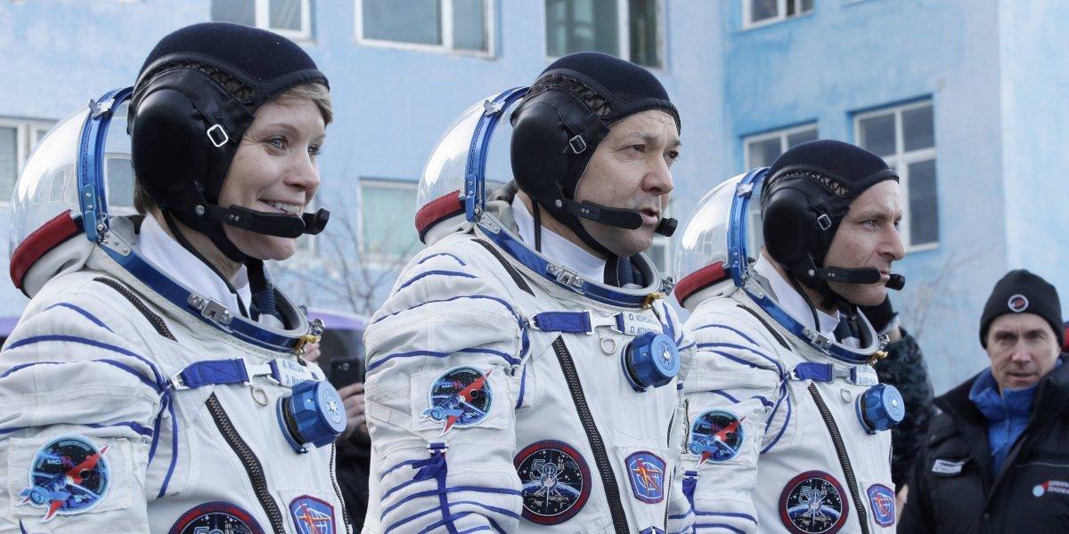 Estación Espacial recibe astronautas tras crisis con nave Soyuz