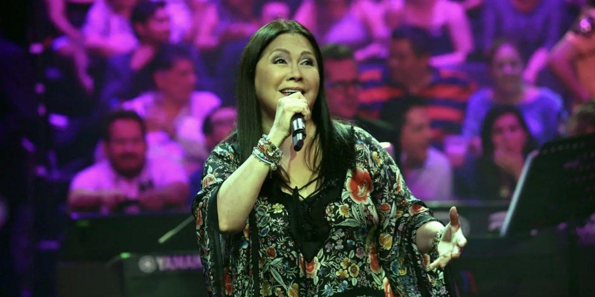 VIDEO. Ana Gabriel recibe fuerte golpe en el rostro en pleno concierto en México