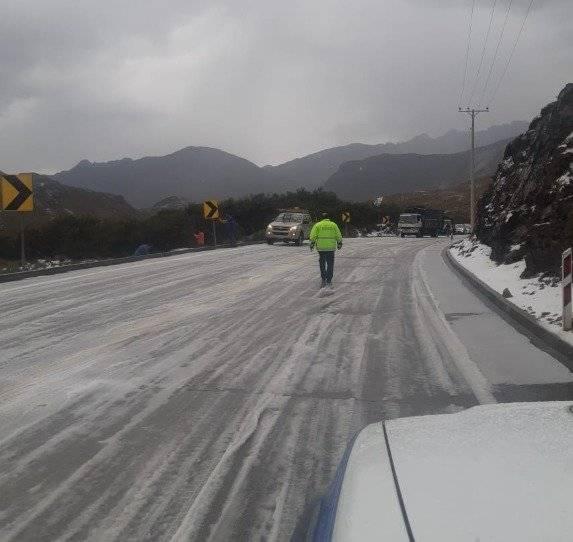 Nieve y granizo en el Parque Nacional El Cajas, vía Cuenca-Molleturo-El Empalme Twitter @MTOPAzuay