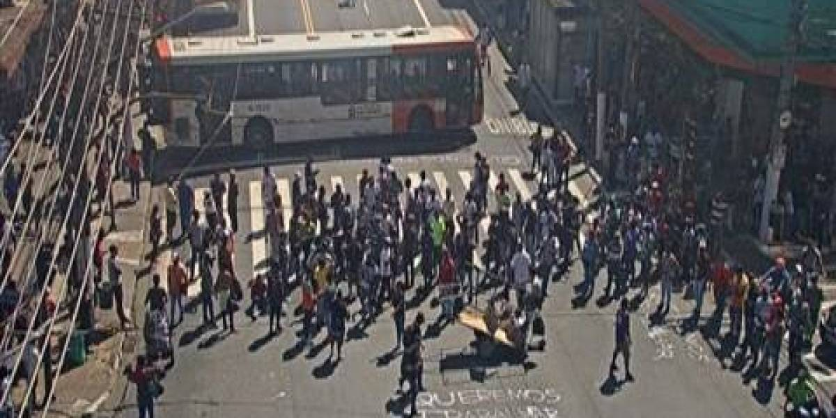 Vendedores ambulantes bloqueiam avenida no Brás em protesto por emprego