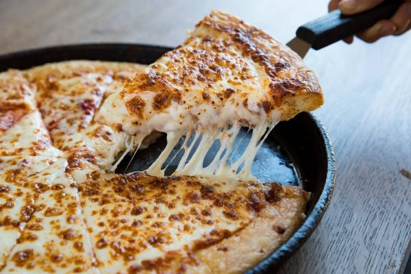 Famosa cadena celebrará el día de la pizza con tremenda promoción