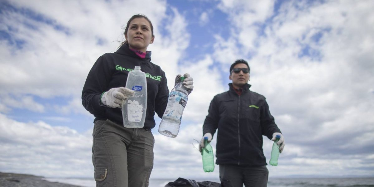 """Greenpeace en alerta por """"tsunami"""" plástico en las costas de la Patagonia chilena"""