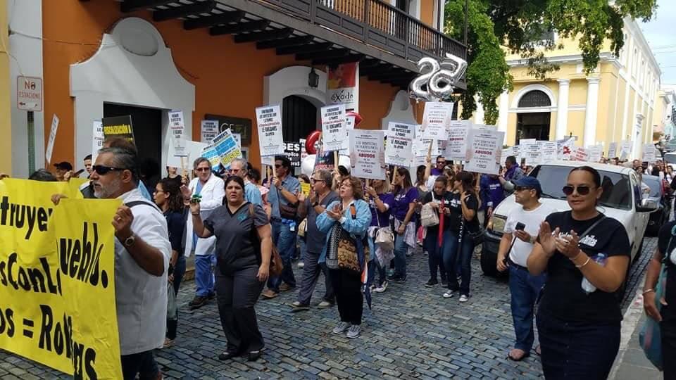 Decenas de dentistas marcharon hoy hasta La Fortaleza. / Foto: Facebook