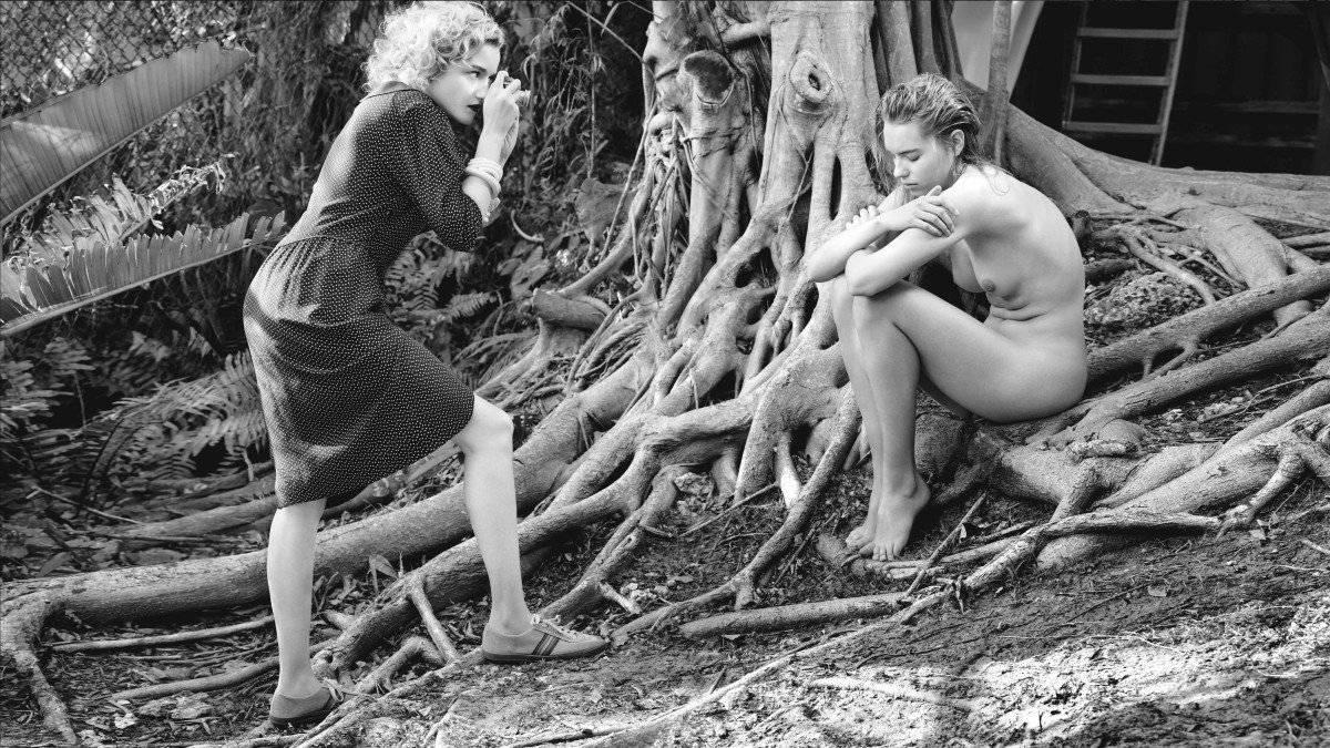 Julia Garner y Astrid Eika