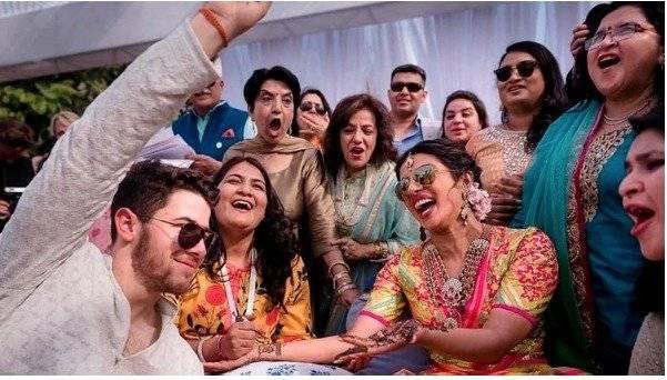 Nick Jonas y Priyanka Chopra en la ceremonia Mehendi (Raindrop Media via AP)