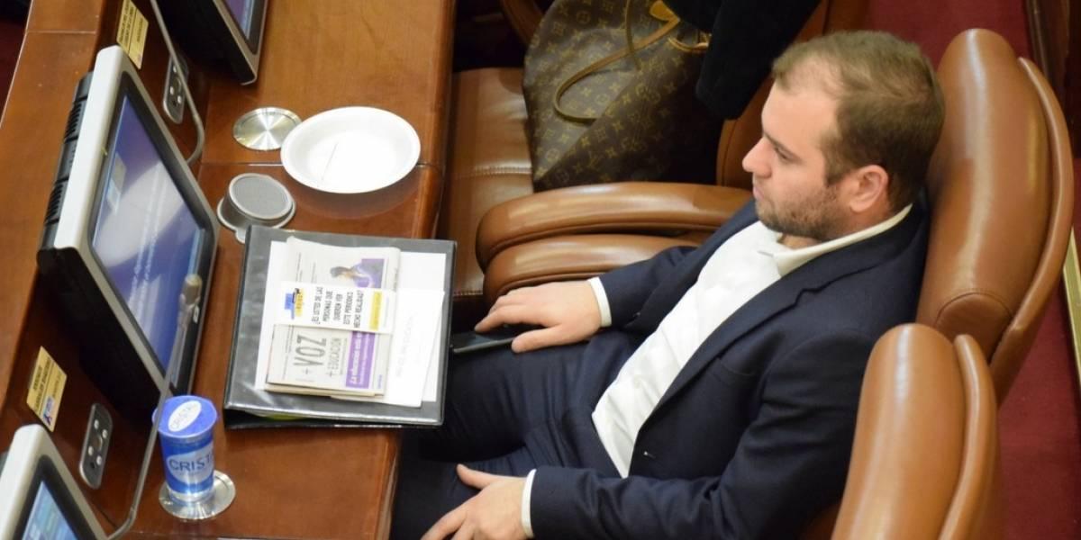 Congresista uribista fue pillado jugando 'carritos' en plenaria del Congreso