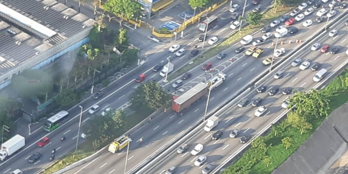 Motoristas ficam travados na marginal Tietê após acidente; rodízio não é suspenso