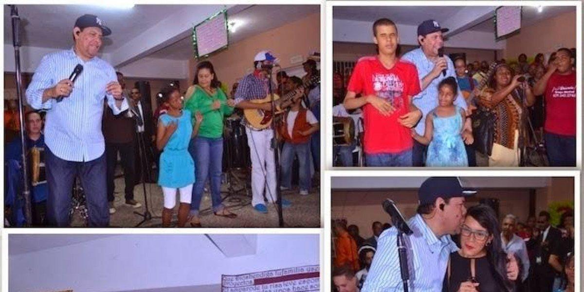 Fernando Villalona regala alegría a infantes no videntes en fiesta navideña