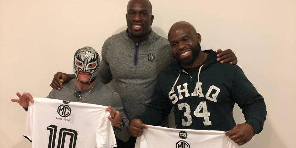 Figuras de la WWE recibieron de regalo las camisetas de Jorge Valdivia y Esteban Paredes