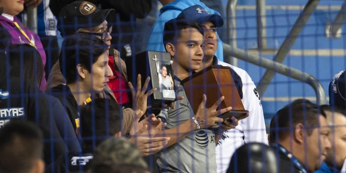 Afición lleva al Estadio de Rayados cenizas de fallecidos en accidente