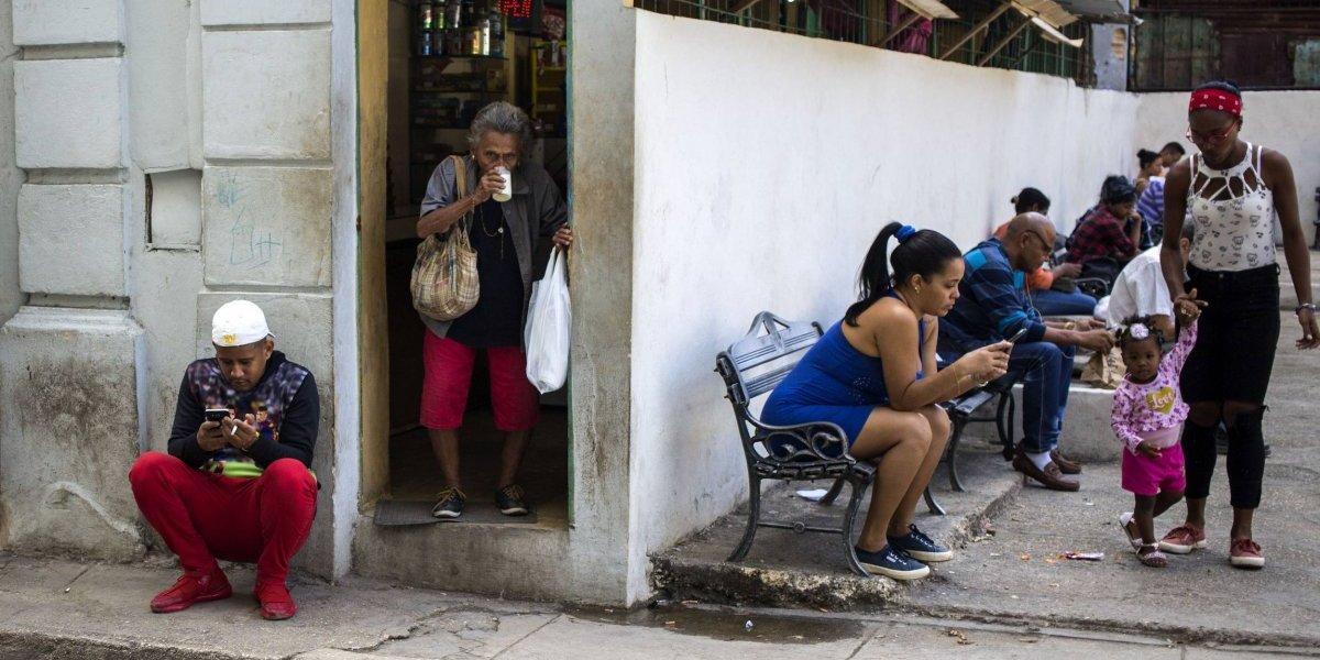 Cuba abre acceso a servicio de data para celulares