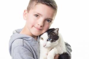 https://www.metrojornal.com.br/social/2018/12/06/menino-com-um-olho-de-cada-cor-sofre-bullying-e-adota-gato-com-mesma-alteracao-genetica.html