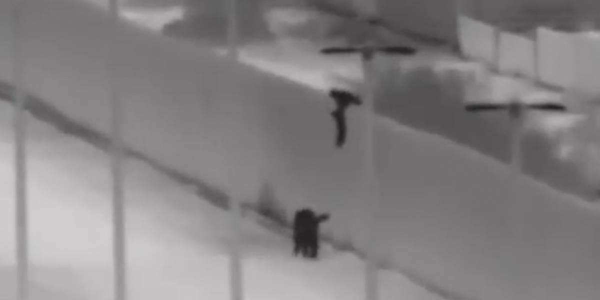 Crianças são arremessadas em muro da fronteira dos EUA; veja vídeo