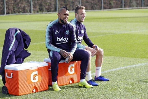 Vidal y Arthur pelearán por ser el titular en el mediocampo / imagen: FC Barcelona