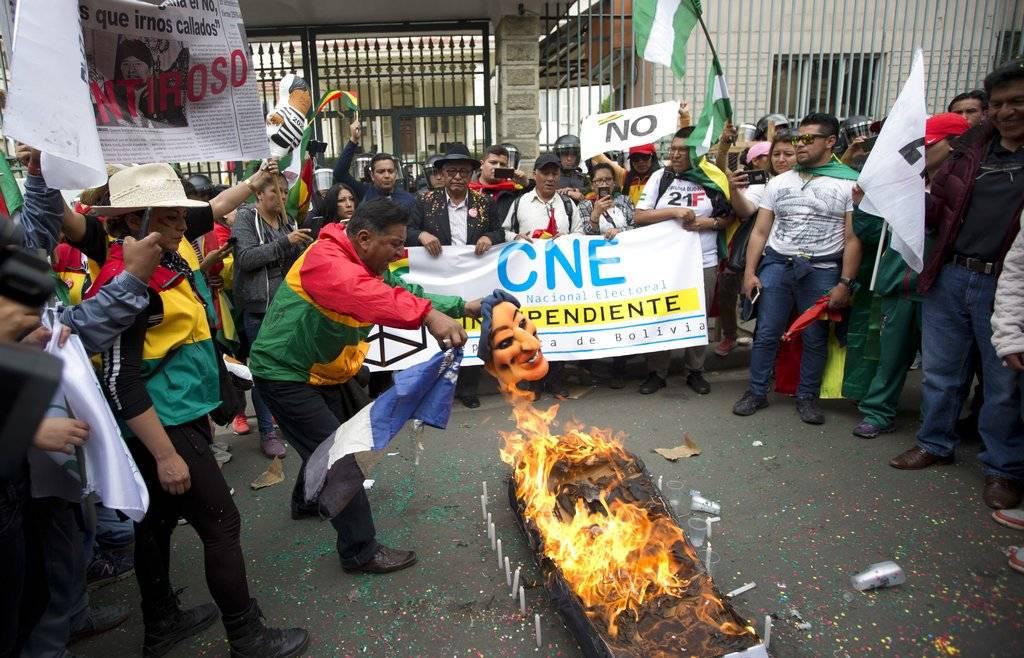 Quemaron un muñeco que representa a Evo Morales.