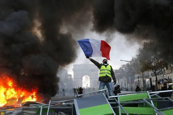 Las autoridades en Francia se preparan ante la posibilidad de nuevos disturbios y protestas contra el gobierno este fin de semana, celebrando reuniones de emergencia y desplegando a miles de policías.