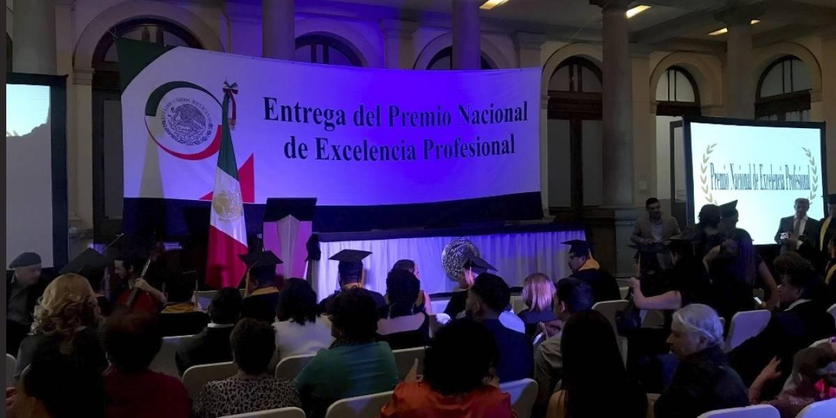 Galardonan a activista LGBT+ con el premio Nacional de Excelencia Profesional