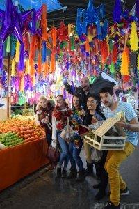 Cirque Du Soleil se lanza al mercado de Jamaica para hacer sus compras navideñas
