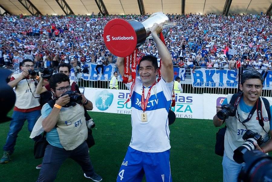 El veterano Cristián Álvarez se retiró del fútbol profesional tras levantar la copa con la UC / Foto: Photosport