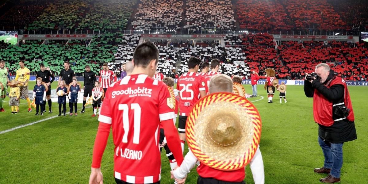 Carlos Salcido recibe homenaje en juego del PSV