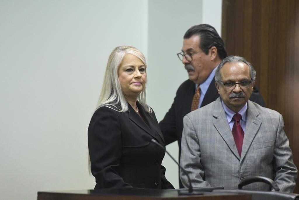 La secretaria de Justicia, Wanda Vázquez junto a sus abogados. / Foto: Dennis A. Jones